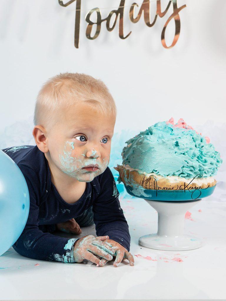 Baby jongen met zijn verjaardag taart