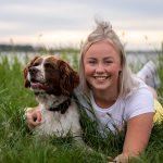 hond en baas fotoshoot, stabij met meisje in weiland keizerfotografie